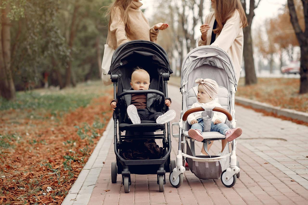 Dwie mamy rozmawiają natemat tego jaki powinien być wózek dla dziecka
