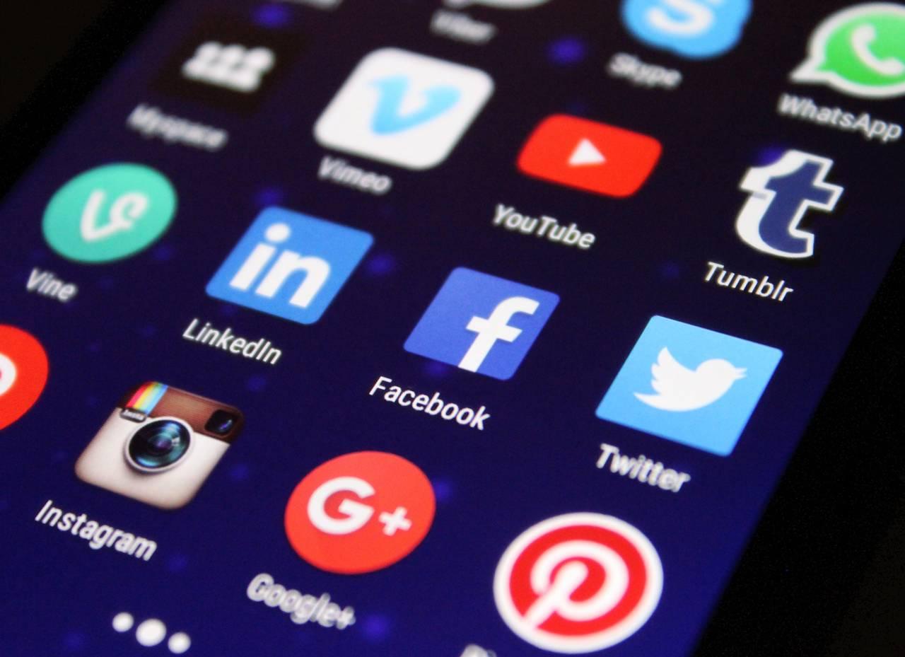 Ekran telefonu zróżnymi aplikacjami społecznościowymi jako sposó natanie zakupy winternecie