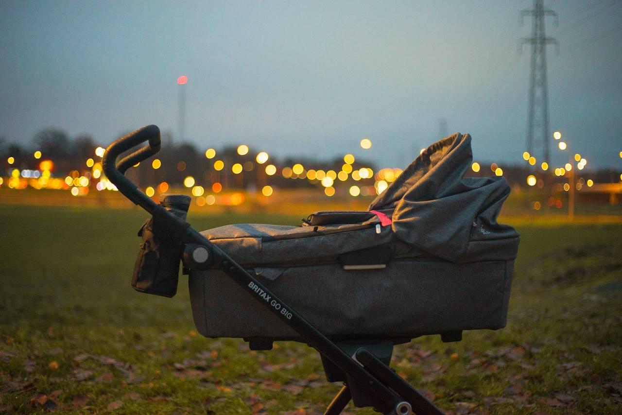 Wózek dziecięcy stoi wieczorem naulicy