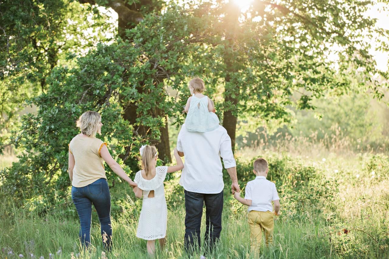 Rodzina idąca naspacer wykorzystująca program 500+ pozałatwieniu wszystkich formalności pourodzeniu dziecka