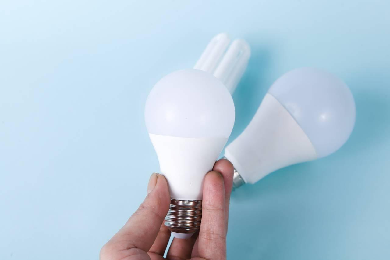 Mężczyzna trzyma żarówkę LED