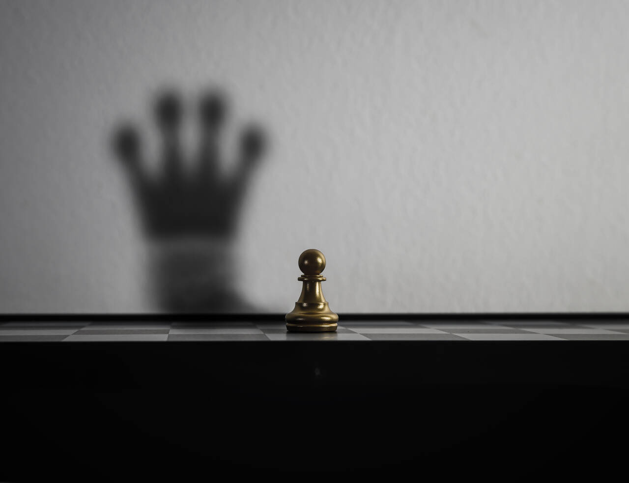 Pionek zcieniem królowej szachowej co ma symbolizować zmianę zmarnującego pieniądze natakiego któryniemarnuje pieniędzy