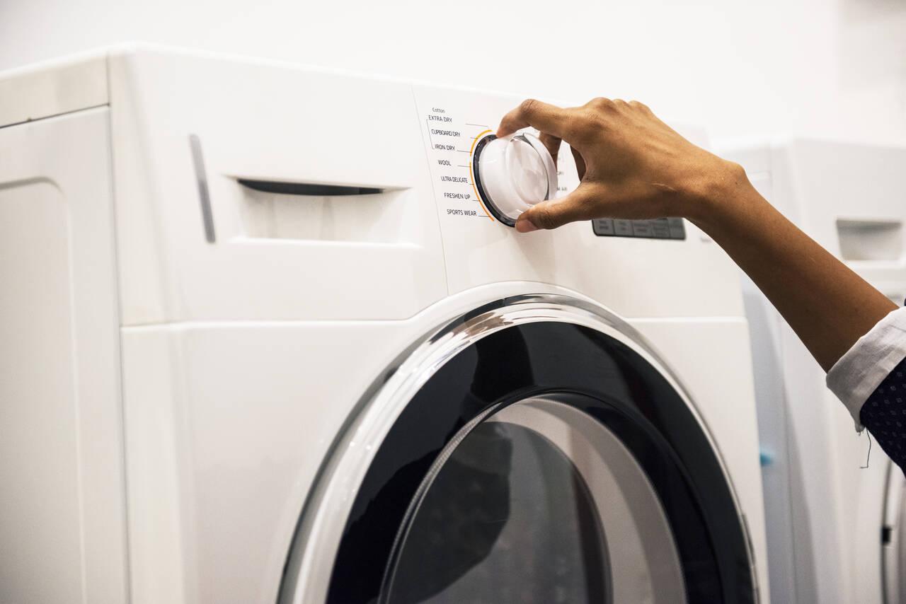 Kobieta włącza niepełną pralkę - wten sposób nieświadomie marnujemy pieniądze każdego dnia