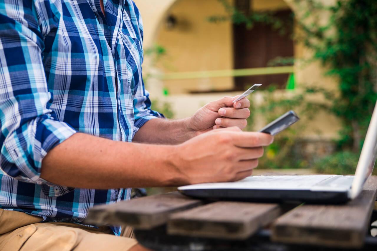 Mężczyzna siedzi przed komputerem i zarabia na afiliacji